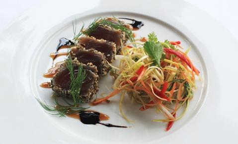 Minute de Thon rouge au sésame, légumes croquants et quinoa